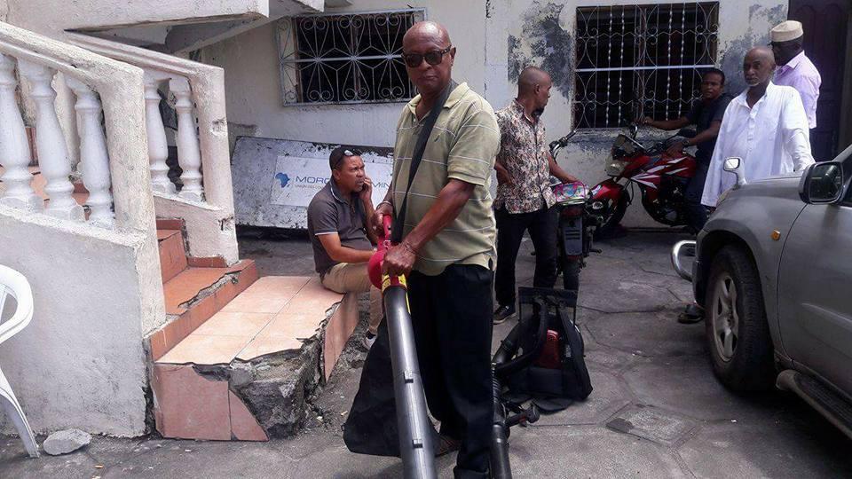 Des aspirateurs/souffleurs(d'extérieur) pour le nettoyage de la place Mtsangani