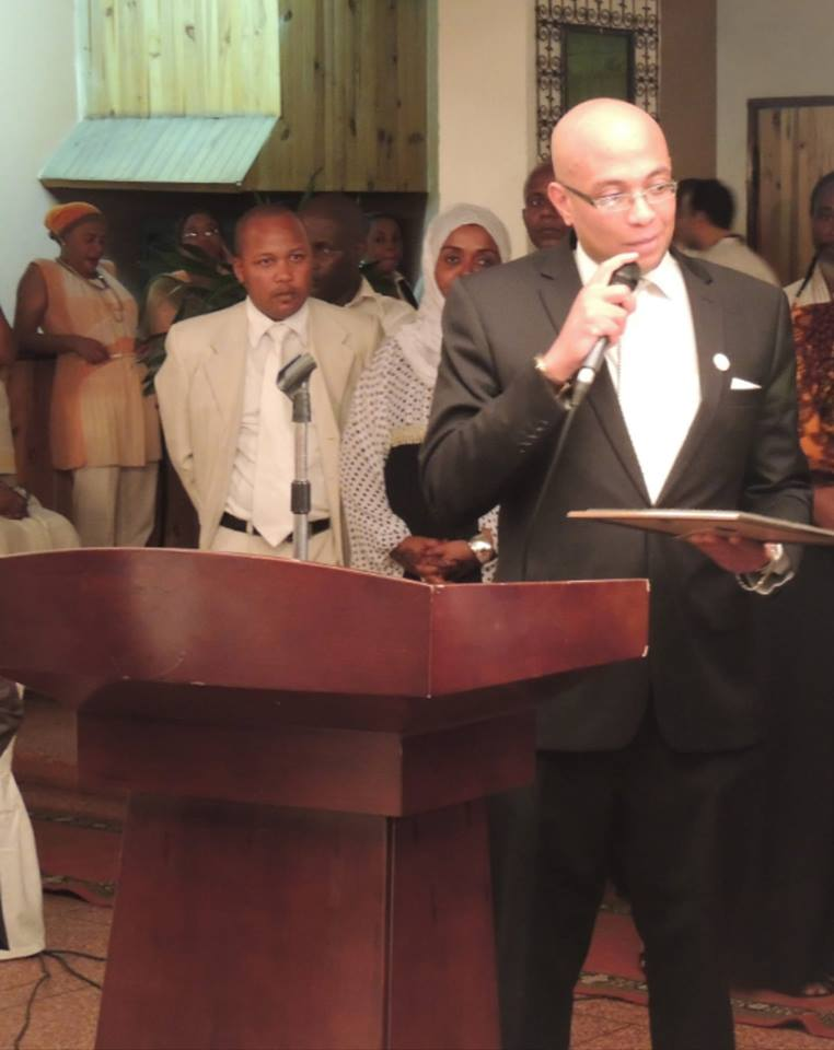 Fahmy Thabit, effondré, en larmes, quitte la réunion de la Communauté internationale au Ministère des Affaires Étrangères