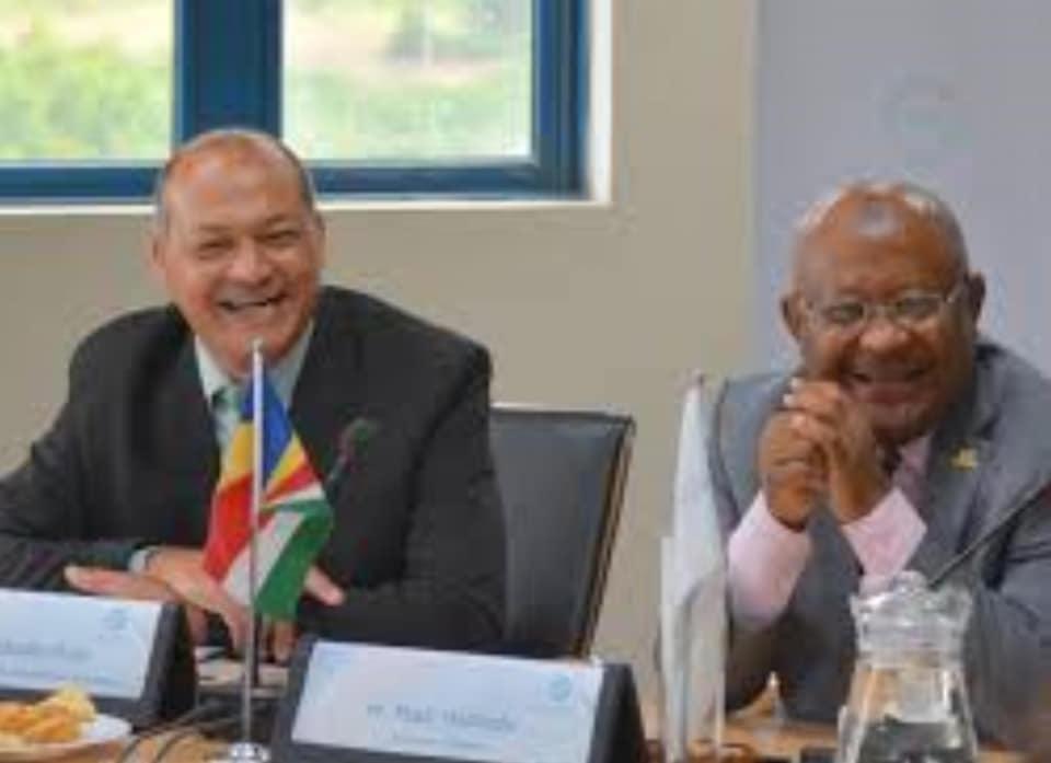 Hamadi Madi Bolero ne rigole pas c'est sûr, mais le Secrétaire général de la COI, refuse de répondre aux questions de Hayba FM, sur le traitement qu'il a subi samedi à l'aéroport de Hahaya.