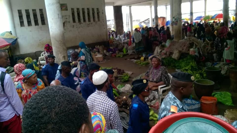 5 jours après le début du ramadan et suite aux dégâts du cyclone Kenneth, la population, du moins celle qui a des moyens, n'a pas d'autres choix que de manger du riz Onicor et des ailes de poulet.