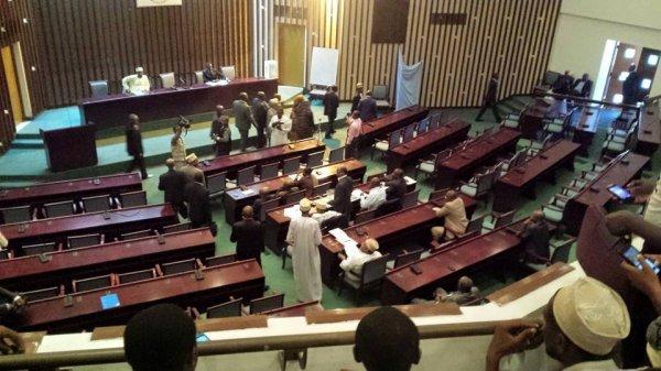 La loi d'habilitation est adoptée à 16 voix pour et 16 voix contre.