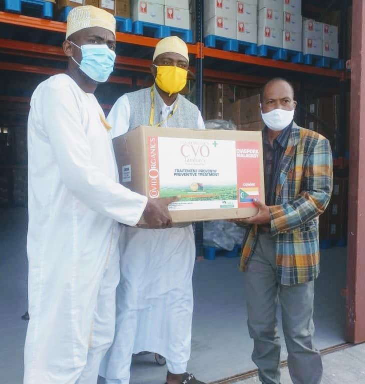 Remise ce matin à l'entrepôt d'Ocopharma, d'un lot de Covi-Organics au  Président de la communauté malgache M.  Rakotonindrina Désiré