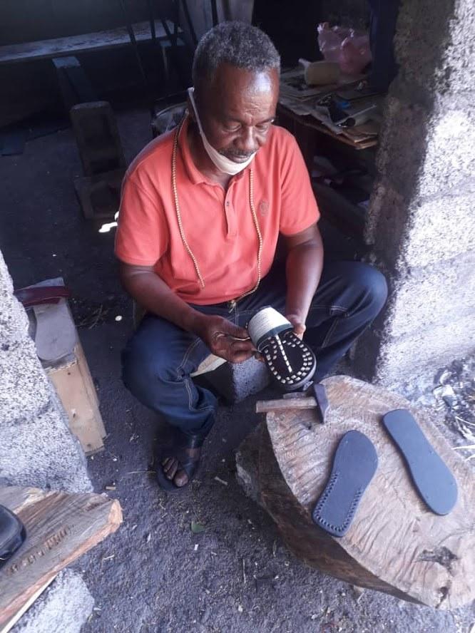 HaYba WEEKEND  Fundi Soulé Bacar, l'Artisan Cordonnier d'Ikoni qui a redonné vie à la Cordonnerie d'art.